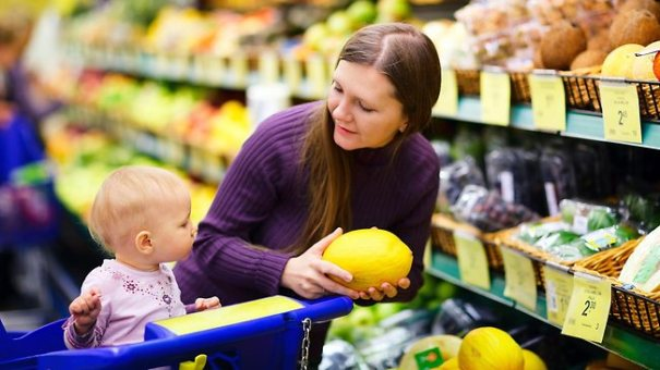 591871-shopping-with-children
